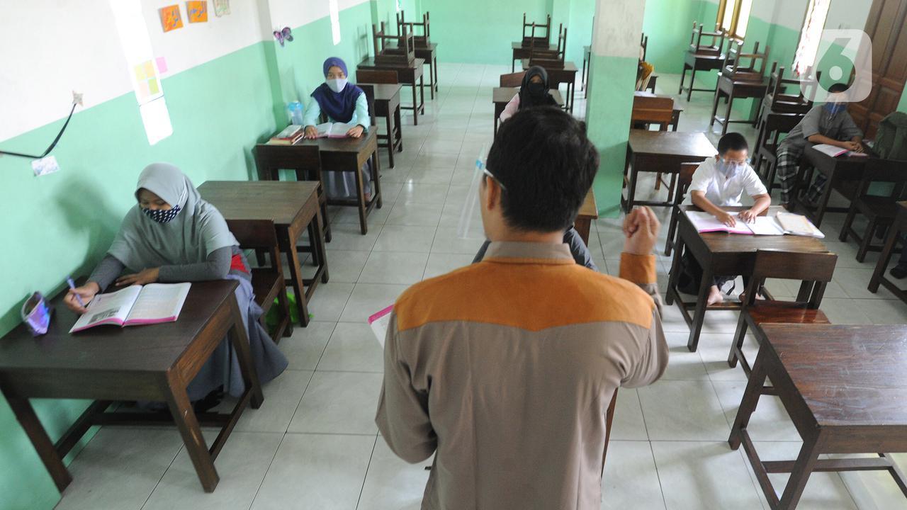 Guru mengajar tatap muka di SDIT Nurul Amal, Pondok Cabe, Tangerang Selatan, Banten, Senin (16/11/2020). Proses belajar secara tatap muka atau luring ini menggunakan waktu belajar di sekolah yang didasarkan pada zona penerapan wilayah covid-19. (merdeka.com/Arie Basuki)