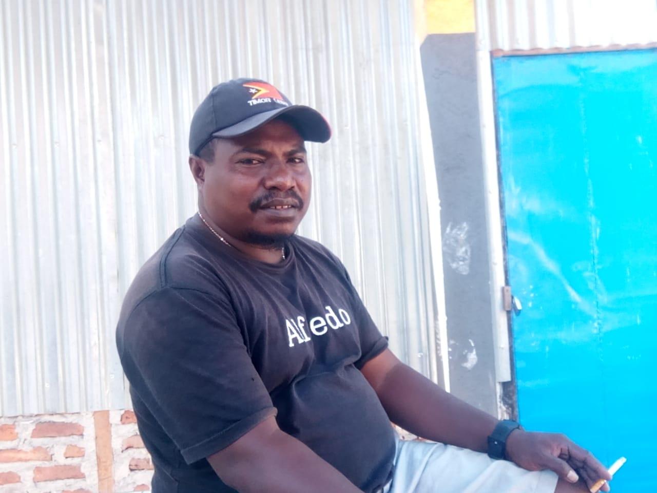 Francis Sailana, Calaon Kepala Desa nomor urut 1 yang melaporkan Dugaan Penggelembungan Suara di Pilkades Langkuru Utara (Sumber Foto : Gitur)